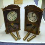 Pendeluhr mit Gewichten Dummie zum werfen aus leichten Material und echte Uhr daneben