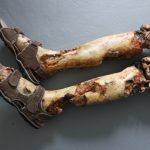 Verweste Beine in Sandalen Pilzsammler SFX Dummie
