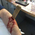 Holzstück im Arm Wunde SFX Maske Schwerthelm Ziehfreund Blut movieSFX