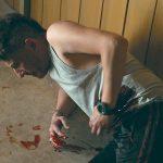 Schusswunde mit laufendem Blut Effekte sichtbar ab Minute : 46:46 (bitte nachfolgenden Link in den Browser kopieren um die Szene zu sehen) : https://www.daserste.de/unterhaltung/krimi/tatort/videos/in-der-familie-folge-2-video-100.html