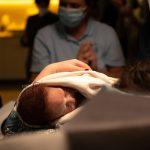 Neugeborenen Dummie aus Silikon mit Perücke und Nabelschnur on Set movieSFX Filmeffekte