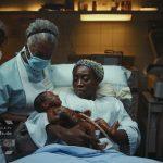 African Silikon Baby teil-animatronic movie SFX mit Nabelschnur, Wimpern, Augenbrauen, handgestochenes Haar. Mit Mundbewegung, saugen, schreien, Zunge sichtbar.